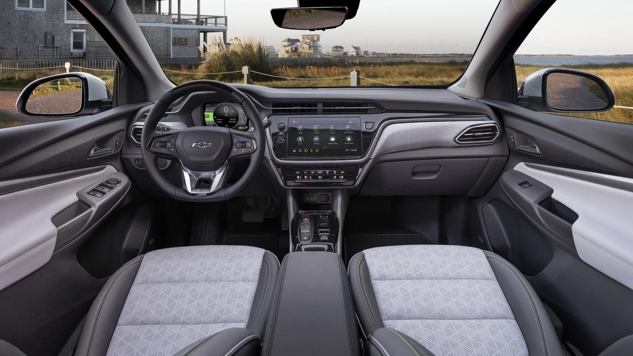 Chevrolet Bolt 2022— два новых электрокара, хэтчбек EV и кроссовер EUV