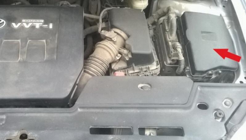 Блок предохранителей под капотом в Toyota Corolla E150