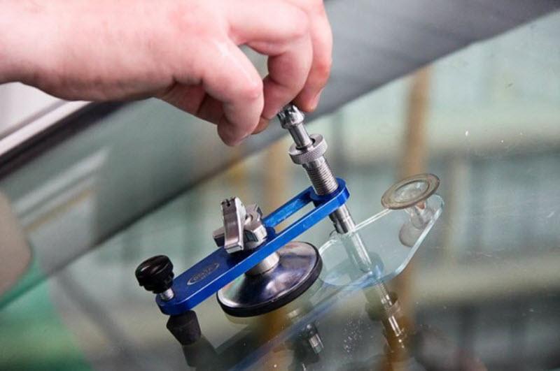 Все способы ремонта лобового стекла автомобиля
