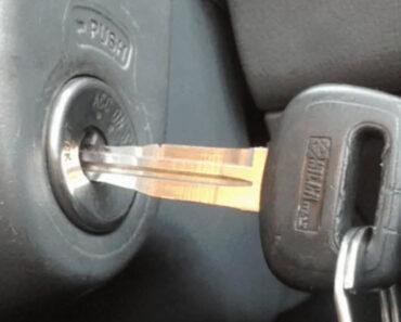 Ключ в замке зажигания автомобиля