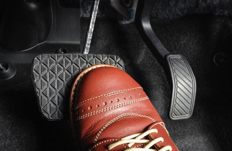 Почему педаль тормоза стала мягкой после замены тормозных колодок