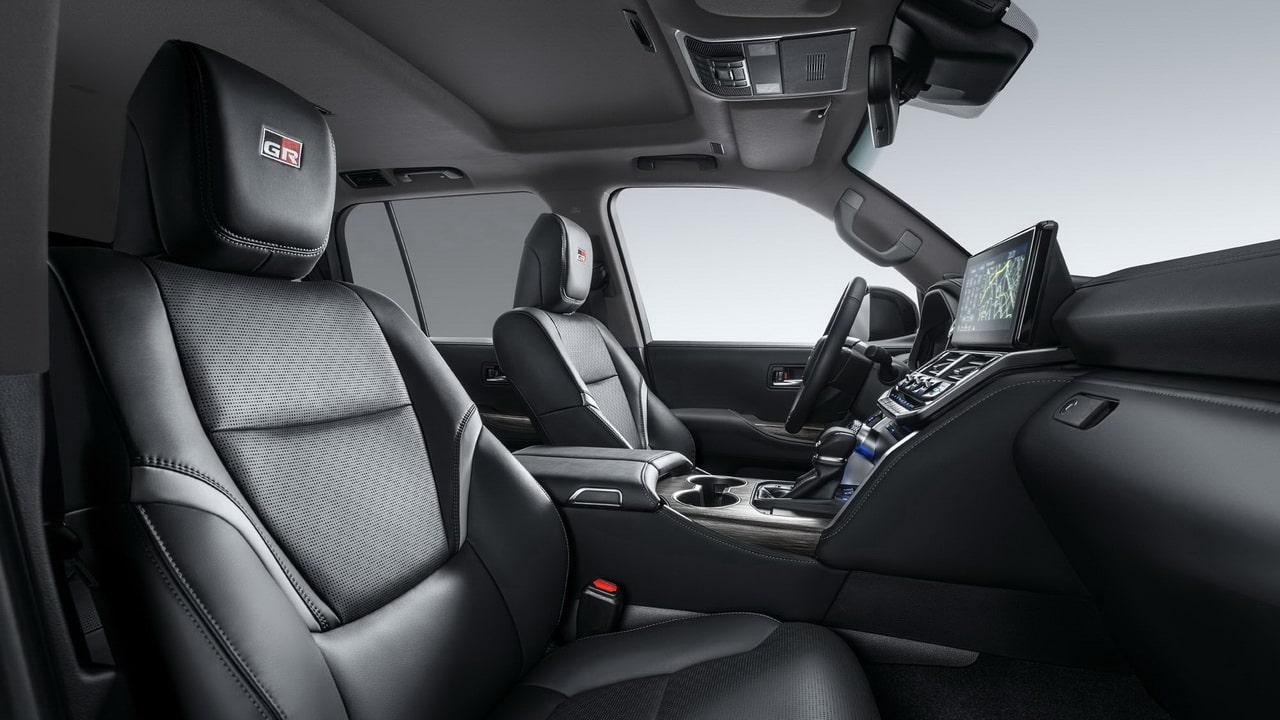 Toyota Land Cruiser 300 GR 2021— спортивная версия внедорожника для России